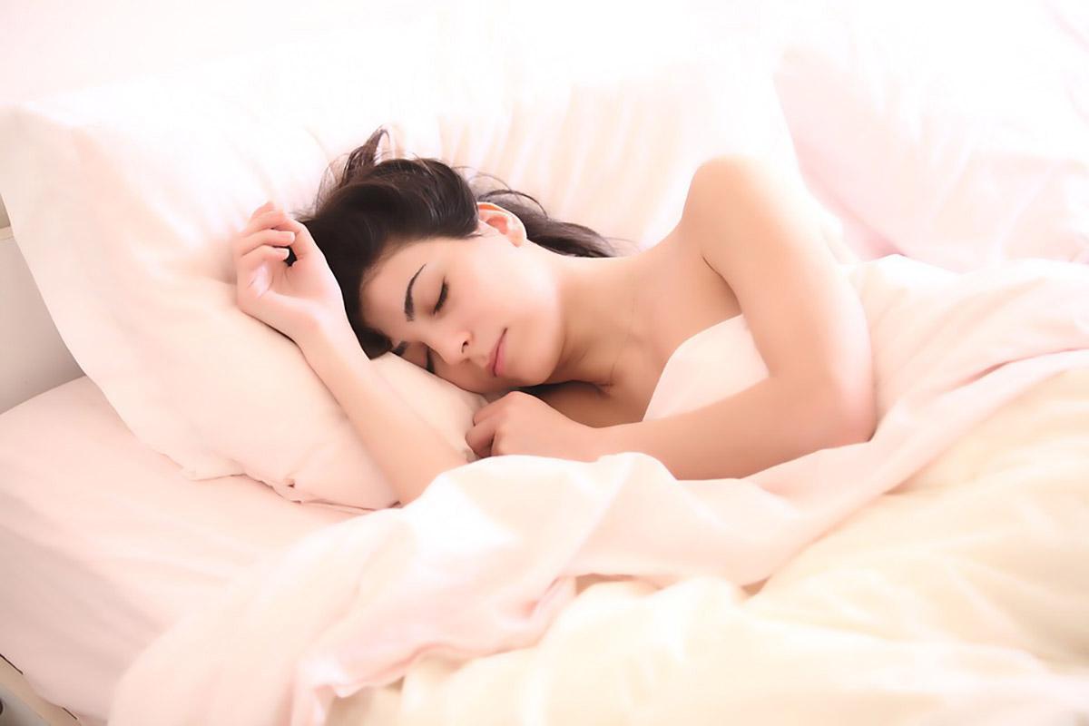 Dormire indossando il colore rosa: ecco perché
